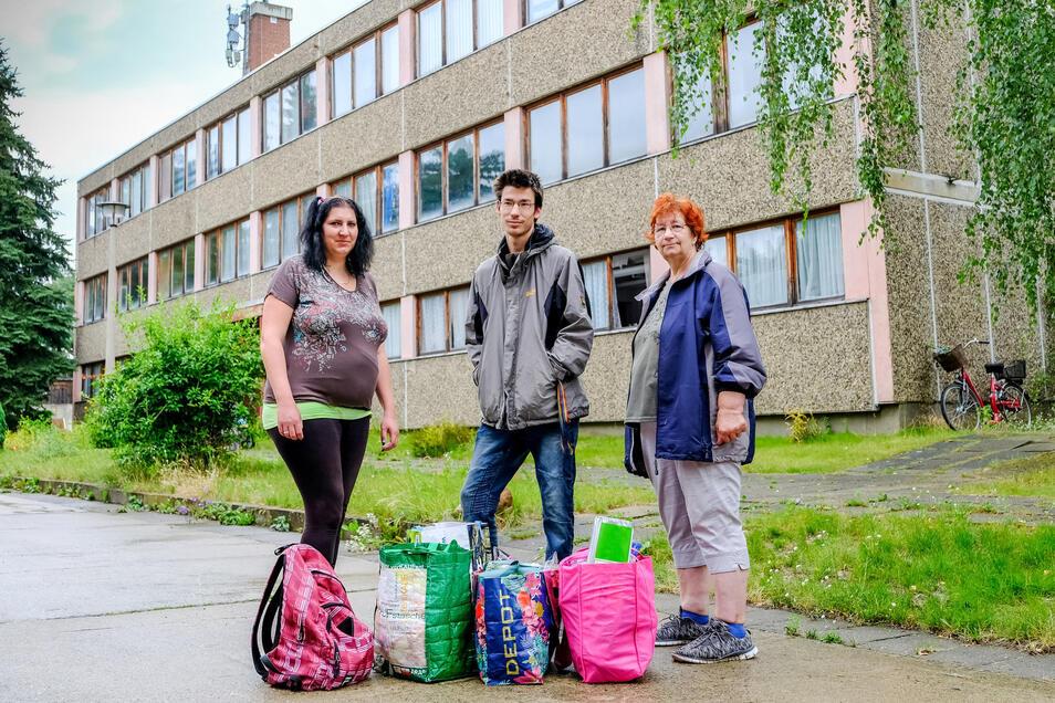 Claudia Herzog, Rico Grießbach und Sabine Kiel (von links) kommen jede Woche zur Ausgabestelle der Meißner Tafel in Coswig. Wenn es die nicht mehr gibt, können sie sich die Fahrtkosten nach Meißen nicht leisten.