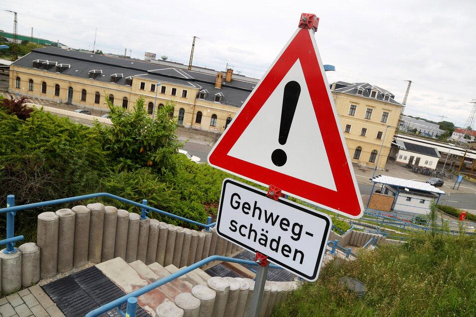 Achtung beim Abstieg: Die erst elf Jahre alte Treppe am Riesaer Bahnhof macht Ärger.