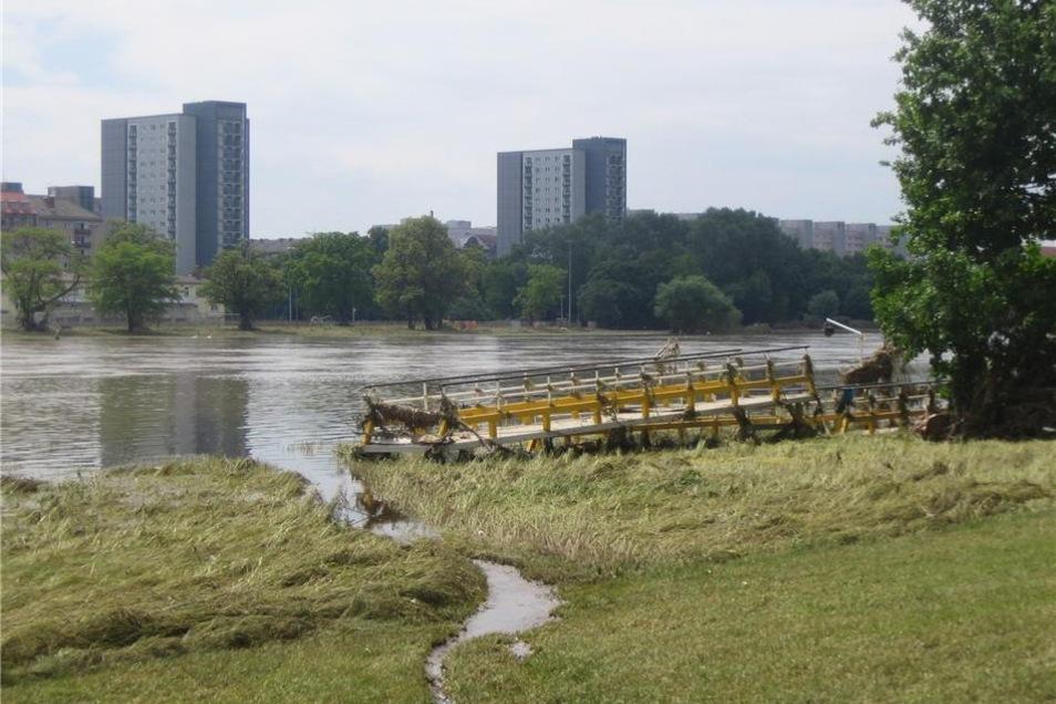 """... während der Fährsteg unterhalb der ehemaligen """"Drachenschänke"""" beschädigt am Ufer liegt."""