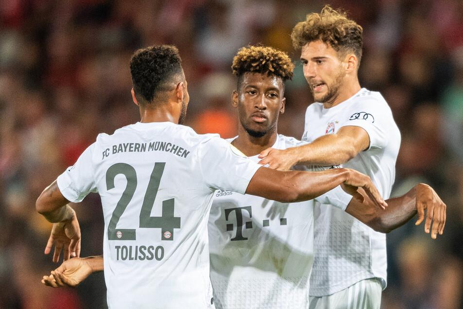 Bayern-Profi Corentin Tolisso (links) feiert mit den Torschützen Kingsley Coman (Mitte) und Leon Goretzka das Weiterkommen im DFB-Pokal.