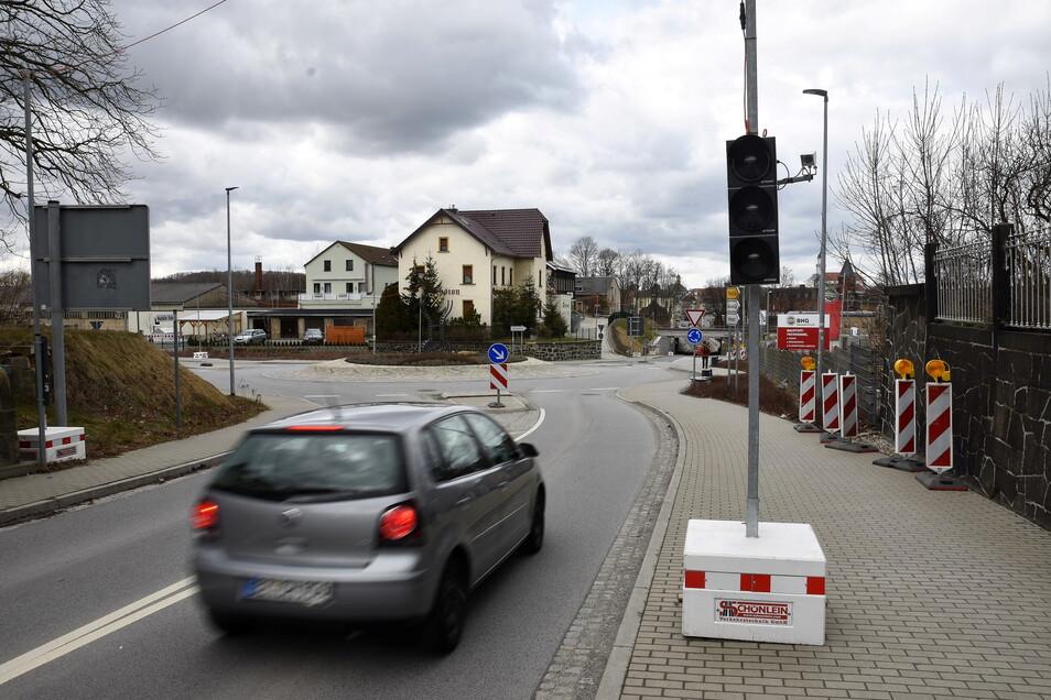 Die Ampel auf der Neustädter Straße in Bischofswerda steht schon bereit. Ab Montag wird sie den Verkehr regeln.