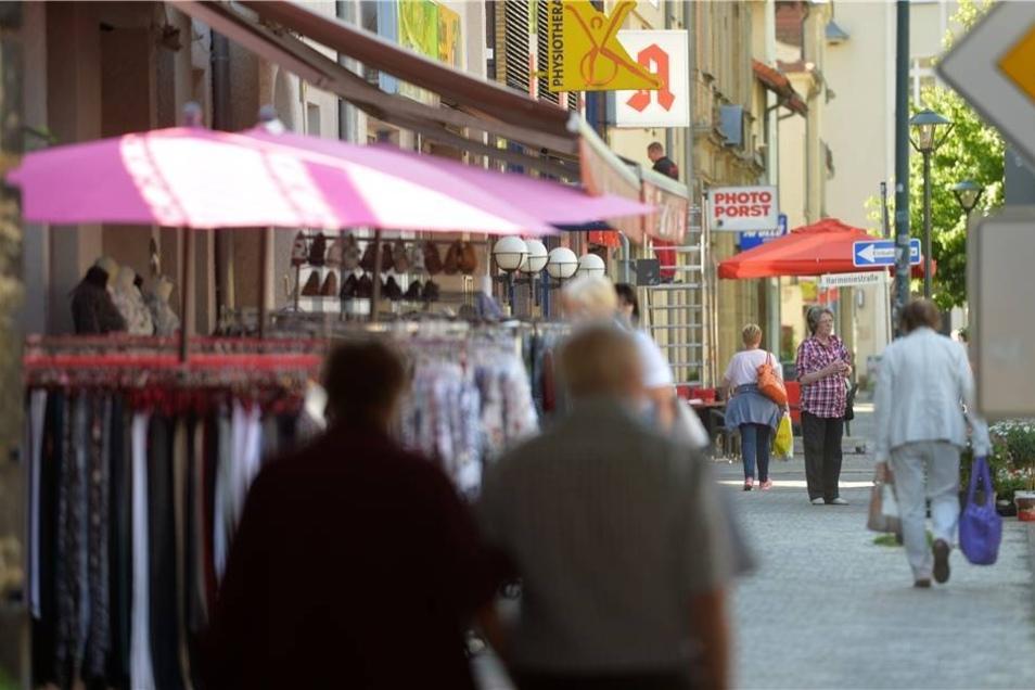 West: Die Bahnhofstraße ist hier die Einkaufsmeile. Der schlechte Zustand der Straße wie auch der Bürgersteige ärgert Händler und Kunden.