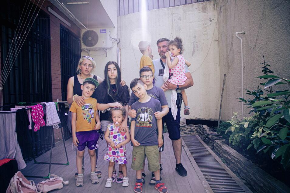 Familie Imerlishvili im Innenhof der Ferienwohnung in der georgischen Hauptstadt Tiflis, in der sie vorübergehend untergekommen ist. Sohn Gabriel fehlt auf dem Bild. Er war zu aufgewühlt.