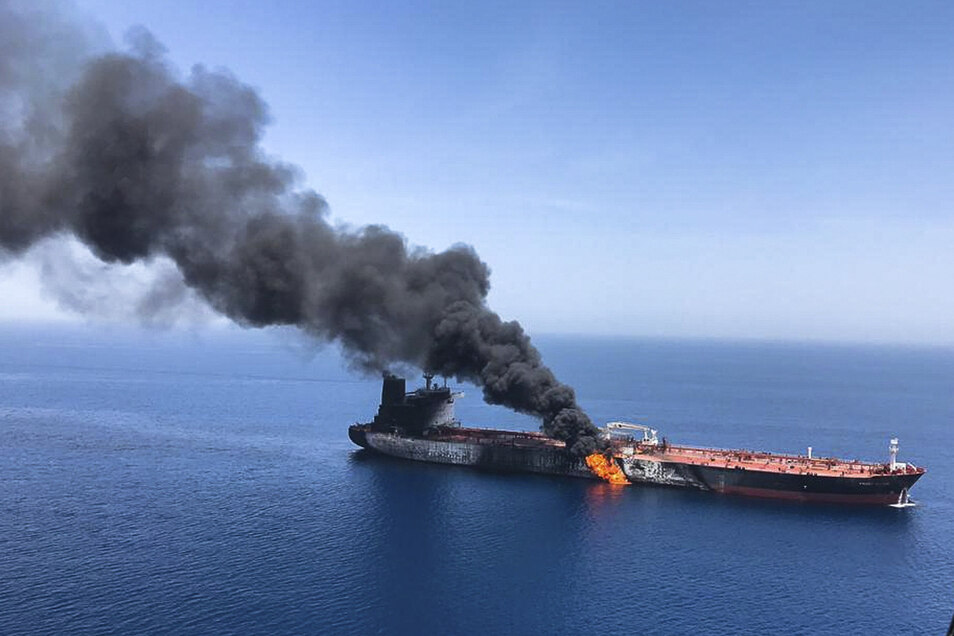 Im Golf von Oman gerieten Öltanker nach Angriffen in Brand.