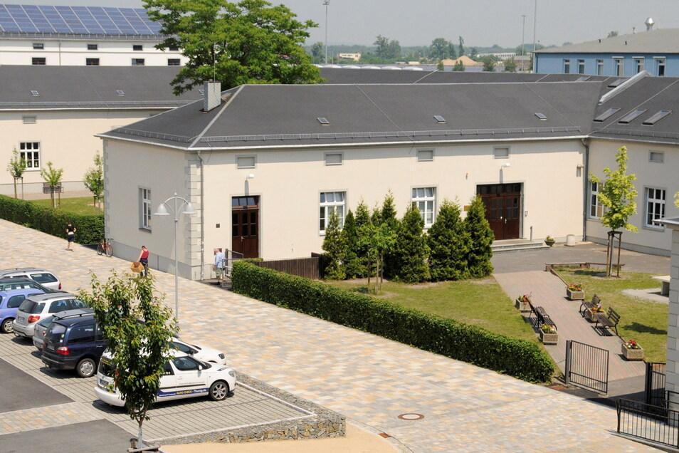 Die Förderschule (L) am Remonteplatz vor der Sanierung des Oberstufenhofes 2014.