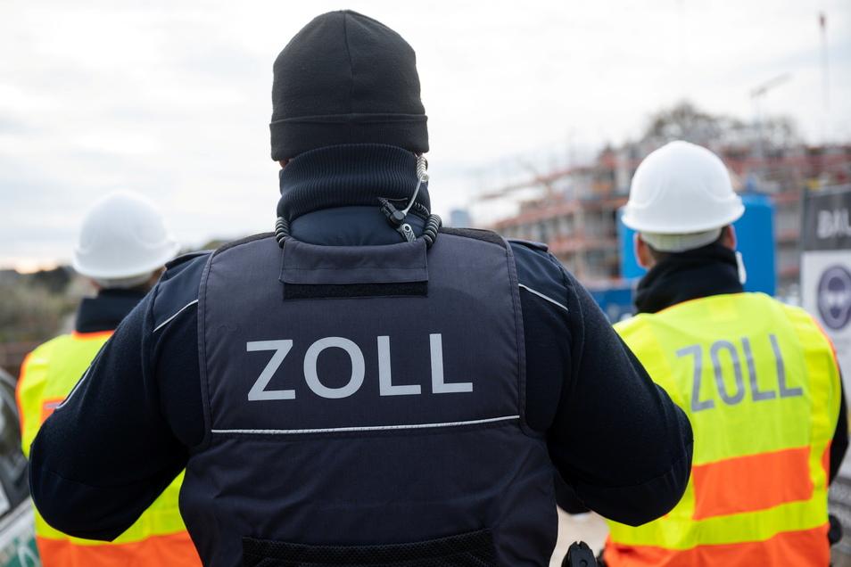 Mitarbeiter des Zolls haben Baustellen im Zusammenhang mit der Bekämpfung von Schwarzarbeit kontrolliert.