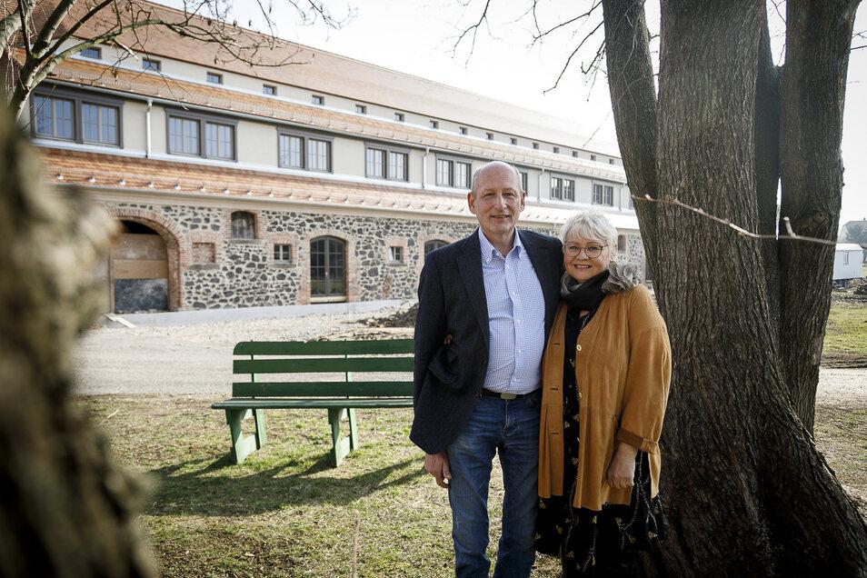 """Roland Marth und Isolde Iser vor ihrem Landhotel """"Gut am See""""."""