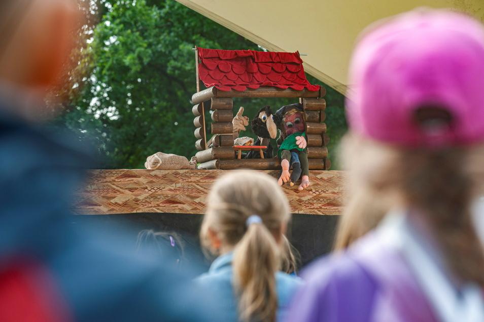 Auf der Festwiese unterm Sonnensegel begeisterte schon im Vorjahr Puppenspieler Lutz Männel aus Oppach die Kindereinrichtungen. Der Alberttreff veranstaltet den Theater-Juli auch dieses Jahr.
