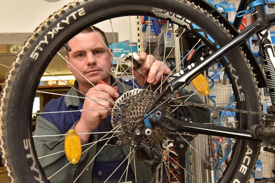 """Mechanikermeister Sandro Neubert vom Zweiradservice Gey in Ruppendorf. """"Wir können zwar noch einiges anbieten, aber wer eine bestimmte Farbe oder Ausstattung wünscht, der hat es immer schwerer."""""""