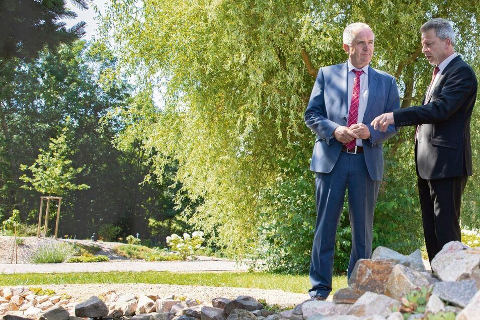 """Eiko Weber, Geschäftsführer des Hospizes """"Lebenszeit"""" in Leisnig (rechts), erklärt Minister Thomas Schmidt, was es mit dem Fluss der Erinnerung auf sich hat. Der Park am Hospiz konnte mithilfe von Geld der EU und des Freistaates angelegt werden."""