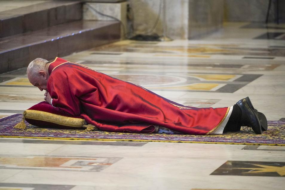 Franziskus wirft sich im Rahmen der Feier vor der traditionellen Kreuzweg-Prozession im Altarraum des Petersdoms nieder.