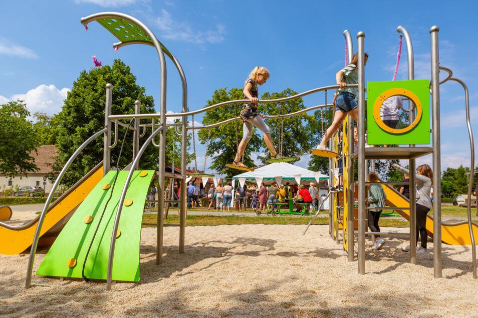 Die Kinder des Ortes nahmen den Spielplatz umgehend ein. Der Elsterheide-Bürgermeister Dietmar Koark schaute ebenfalls vorbei, um den Geierswaldern zu ihrer neuen Errungenschaft zu gratulieren und sich für das Engagement zu bedanken.