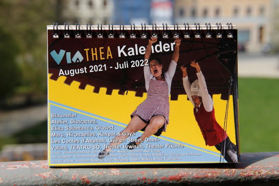 Für August 2021 bis Juli 2022 gibt es einen Viathea-Tischkalender, mit dem sich das Warten auf das nächste echte Viathea verkürzt.