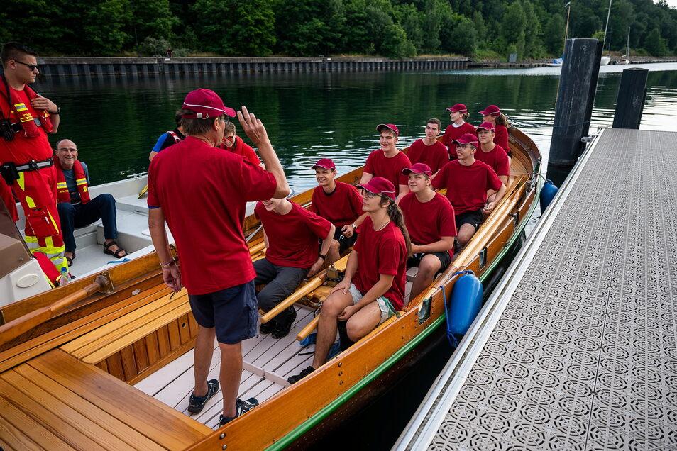 Das Team des Joliot-Curie-Gymnasiums in den weinroten T-Shirts und ihr Bootsführer Manfred Dahms von den Lausitzer Wassersportfreunden.