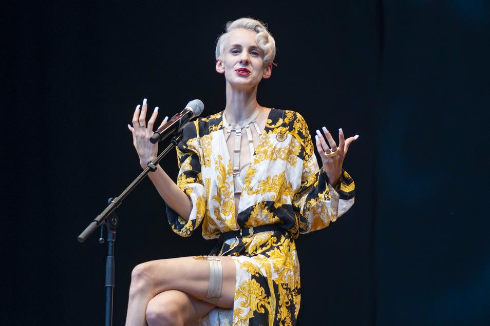 Die Kabarettistin Lisa Eckhart stand in den vergangenen Wochen in den Schlagzeilen. Am Donnerstag stand sie in Dresden auf der Bühne.