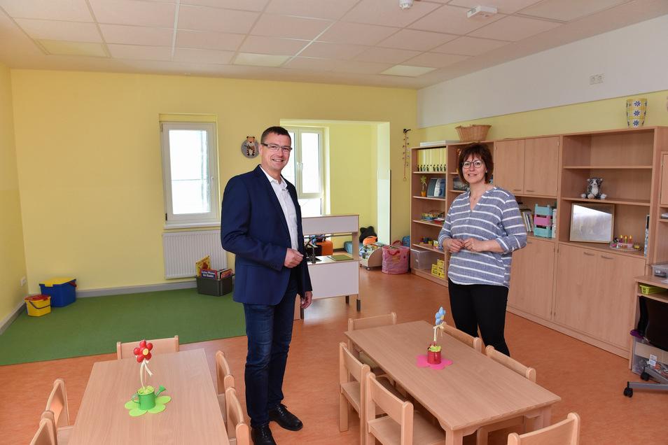Bürgermeister Ralf Rother und die Leiterin Cathleen Reichenbach besichtigen den neuen Gruppenraum in der Kita Sonnenschein Haus II in Wilsdruff.