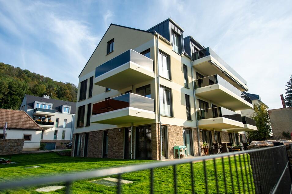 Das Mehrfamilienhaus August-Bebel-Straße 55 (l.) ist fertig gebaut. Die Größe des Gebäudes stieß auf Protest.