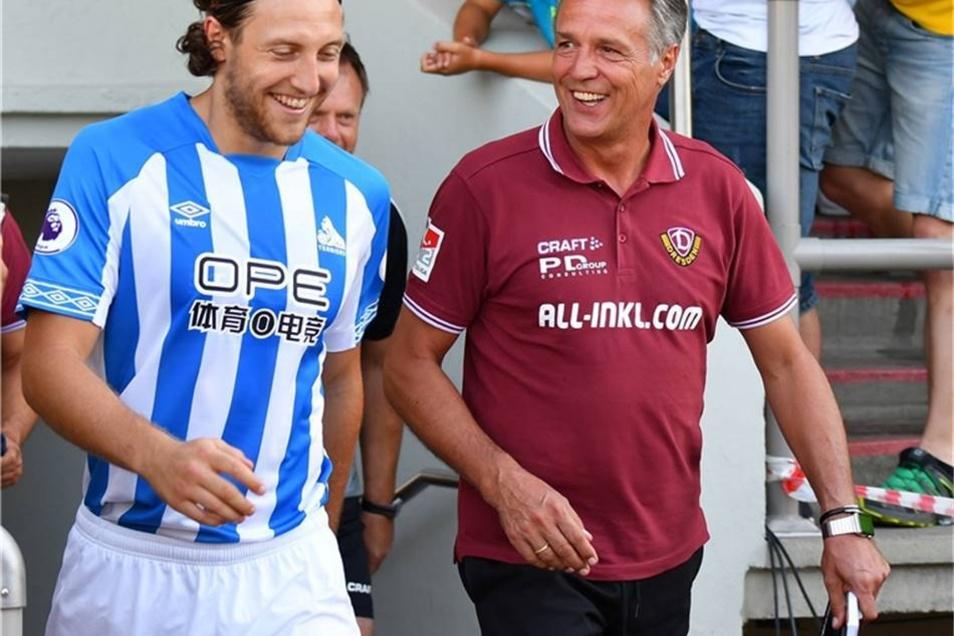 Ex-Dynamo-Kapitän Michael Hefele (Huddersfield) kommt mit Dynamo-mit Trainer Uwe Neuhaus aufs Spielfeld.