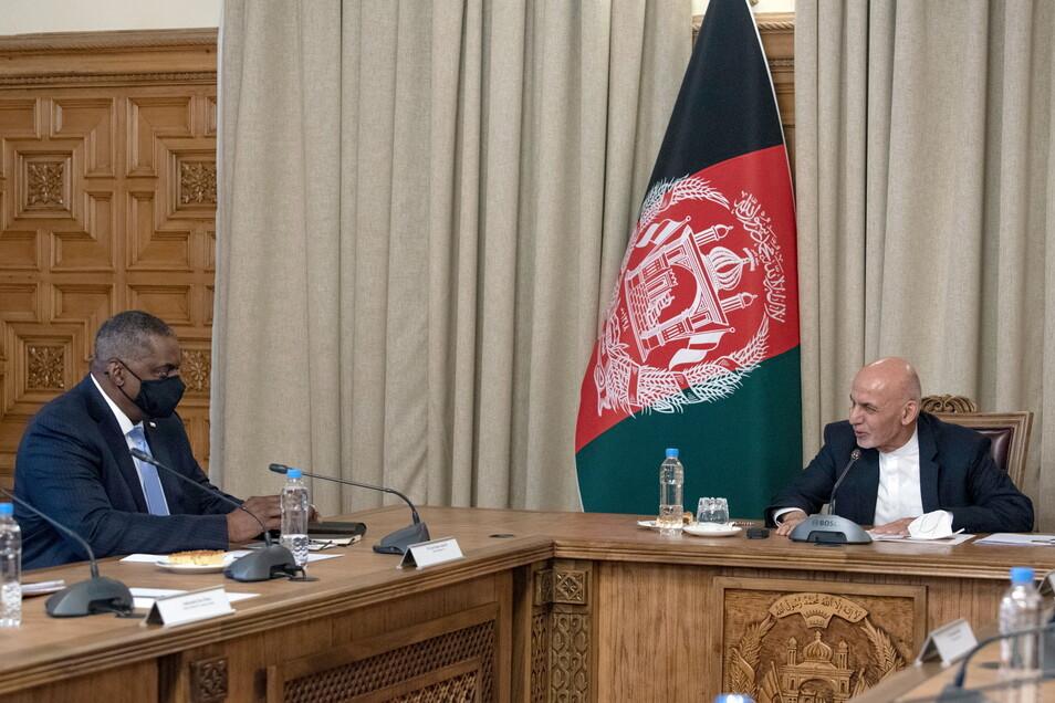 Aschraf Ghani (r), Präsident von Afghanistan, und Lloyd Austin, Verteidigungsminister der USA, unterhalten sich bei einem Treffen im Präsidentenpalast.