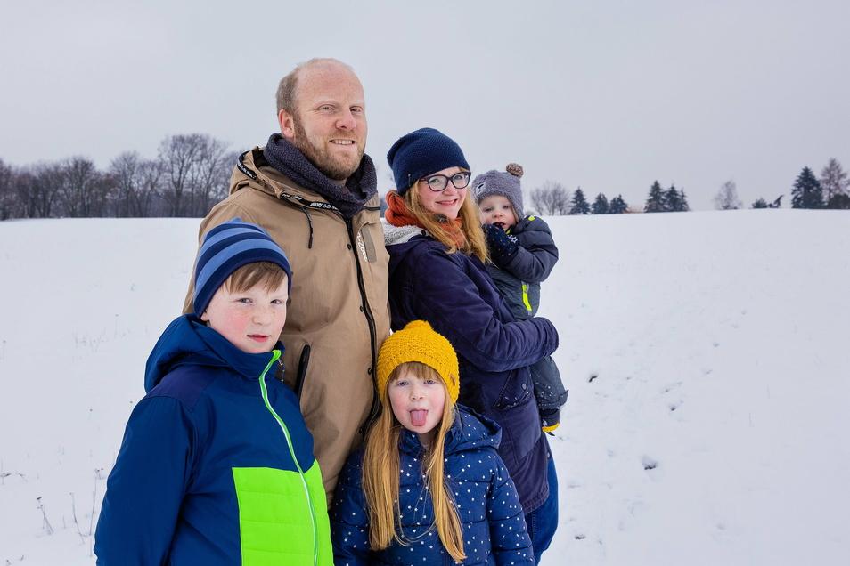 Michael und Nicole Preuss aus Kamenz versuchen, jeden Tag mit ihren Kindern spazieren zu gehen. Wenn es mal schneit, ist das eine willkommene Abwechslung im anstrengenden Alltag.