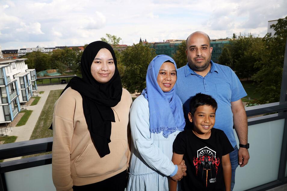 Mouhamad Hamad (r.), seine Frau Yuni Jumasary und die Kinder Zainab (l., 15 Jahre) und Khalifa (8 Jahre) auf dem Balkon ihrer Wohnung Riesaer Wohnung.