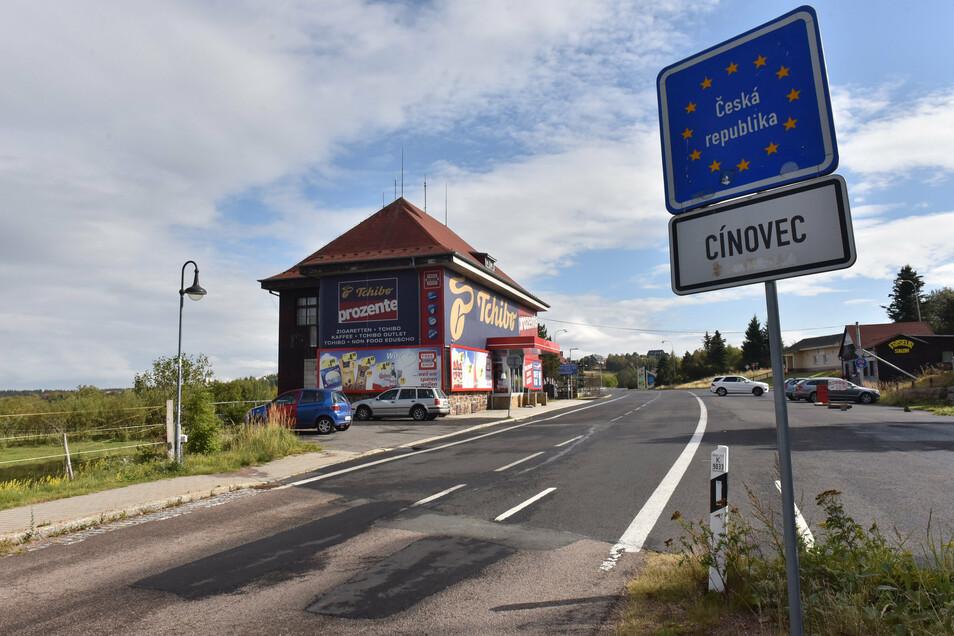 Die Bilder ähneln denen vom März. Die Straße über die Grenze nach Cinovec ist verwaist.