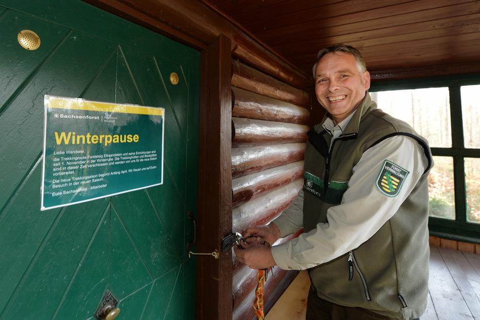 Alles zu: Uwe Borrmeister, Leiter des Forstbezirkes Neustadt, schließt eine Trekkinghütte ab.