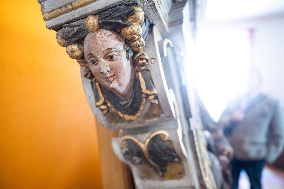 An den Seiten des Monuments haben sich Engelsfiguren erhalten, die noch die originale Bemalung zeigen.