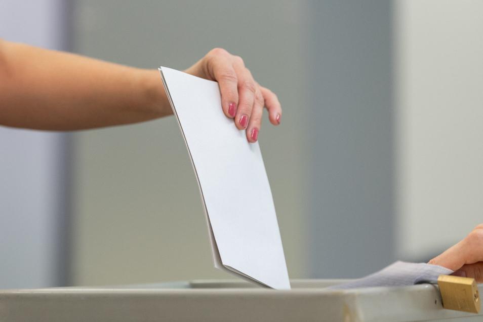 Eine Wählerin wirft den Wahlzettel in einem Wahllokal in eine Wahlurne. Wie könnte das Wahlverhalten der Meißner bei der Bundestagswahl aussehen?
