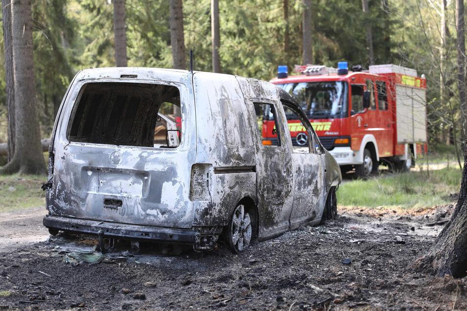 Zu einem völlig ausgebrannten Autowrack wurden die Einsatzkräfte am Sonntagmorgen in Ohorn gerufen.