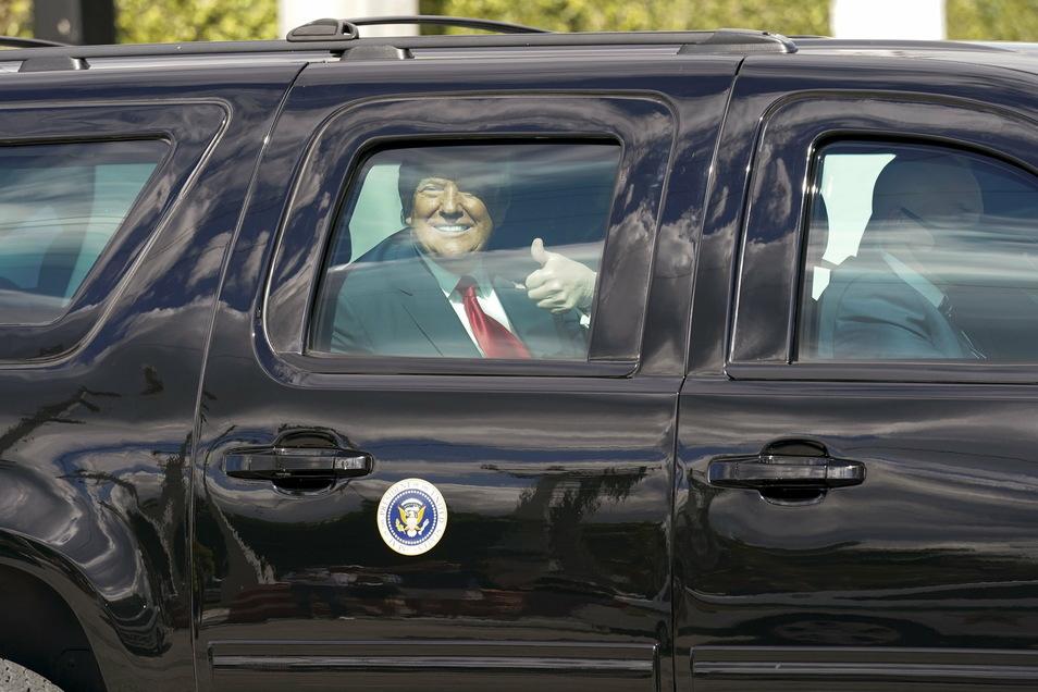 Donald Trump gestikuliert vor Anhängern auf dem Weg zu seinem Mar-a-Lago Florida Resort.