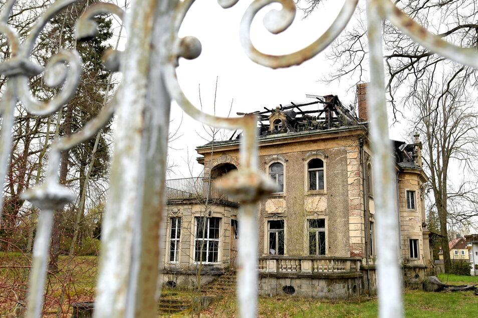 So sieht die Villa an der Hauptstraße 2 in Neugersdorf aktuell aus. 2016 und 2017 hat es hier gebrannt.