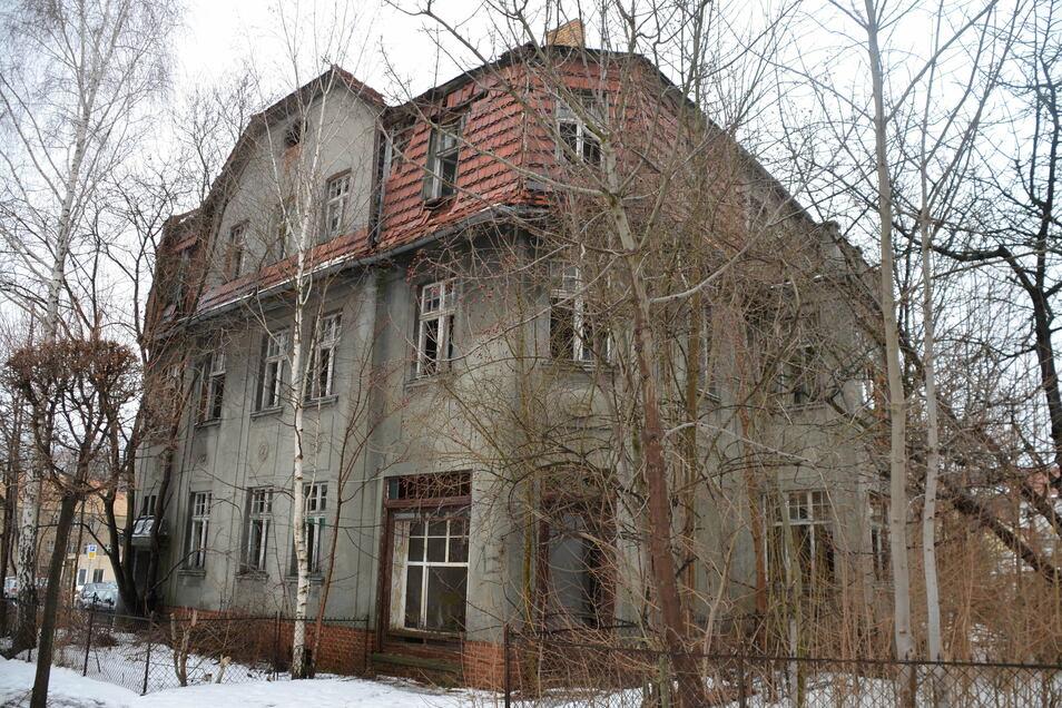 Das ehemals imposante Hans an der Mittelstraße steht seit Jahrzehnten leer und wird nun zwangsversteigert.