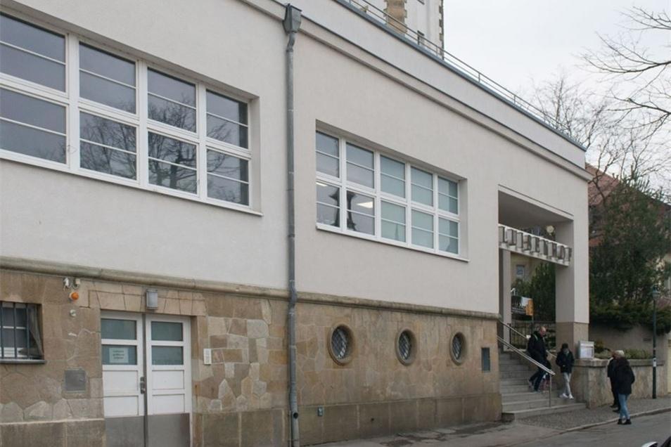 Einige Meter links vom Haupteingang zum Luisenhof auf der Bergbahnstraße soll demnächst ein Personenaufzug eingebaut werden. Bislang ist dort nur die weiße Tür des Lieferanteneingangs zu sehen.