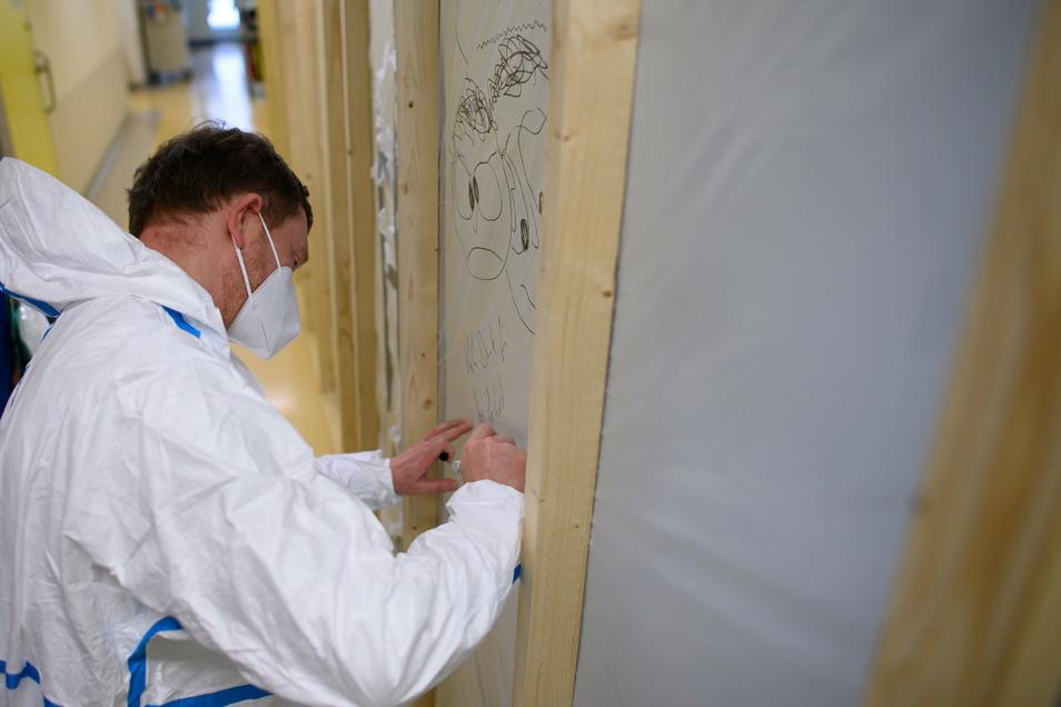 """Kretschmer schrieb im Klinikum Dresden den Satz """"Vielen Dank für Ihre Arbeit, Michael Kretschmer"""" auf eine Trennwand"""