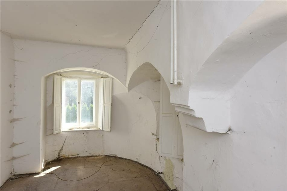 Diese Rundbögen und die dicken Mauern sind in der ältesten Ecke des Schlosses zu finden.