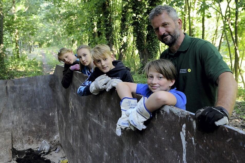 Seine Begeisterung für den Wald gibt Förster Steffen Krausche gerne weiter – wie an diese Fünftklässler.