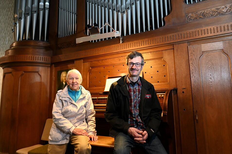 Kantor Gottfried Nestler und Kantorin i.R. Erika Schmidt sitzen an der sanierungsbedürftigen Jehmlich-Orgel in der Hoffnungskirche Hainsberg. Bei der Nacht der Kirchen am Sonnabend wird der Koreaner Yohan Chung das Instrument spielen.