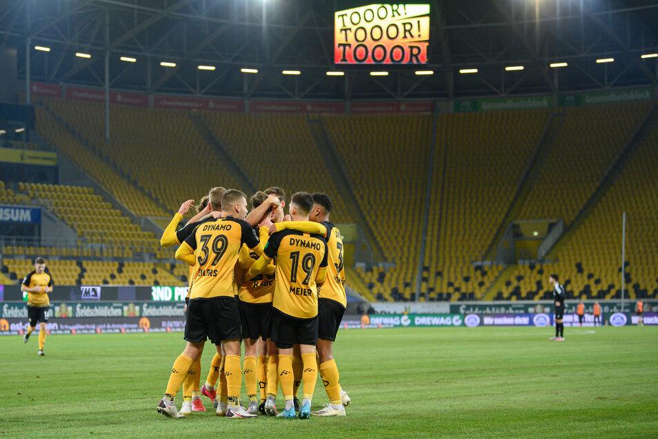 Nur mit Zuschauern hätte es noch schöner sein können. Dynamo gewinnt im leeren Rudolf-Harbig-Stadion unerwartet deutlich gegen Verl und baut die Tabellenführung in der 3. Liga aus.