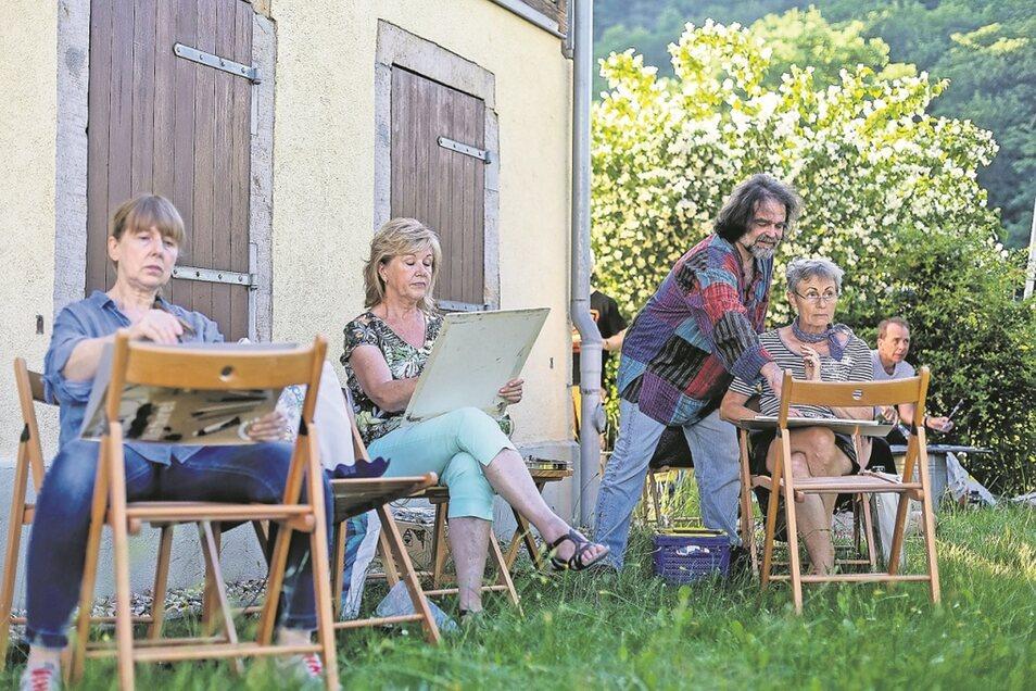 Matthias Jackisch (Mitte) leitet den Zeichenzirkel im Einnehmerhaus, der sich bei schönem Wetter auch mal im Garten trifft, hier mit Karin Erlebach, Gabriele Fleischer, Margret Brendel und Georg Heinisch (von links).