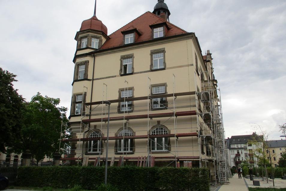 An der West- und Südseite des Radebeuler Rathauses wird ein Gerüst aufgebaut.