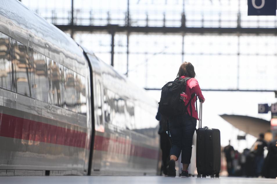 Die Bahn wertet einen Halt als pünktlich, wenn der Zug weniger als sechs Minuten nach Plan eintrifft.