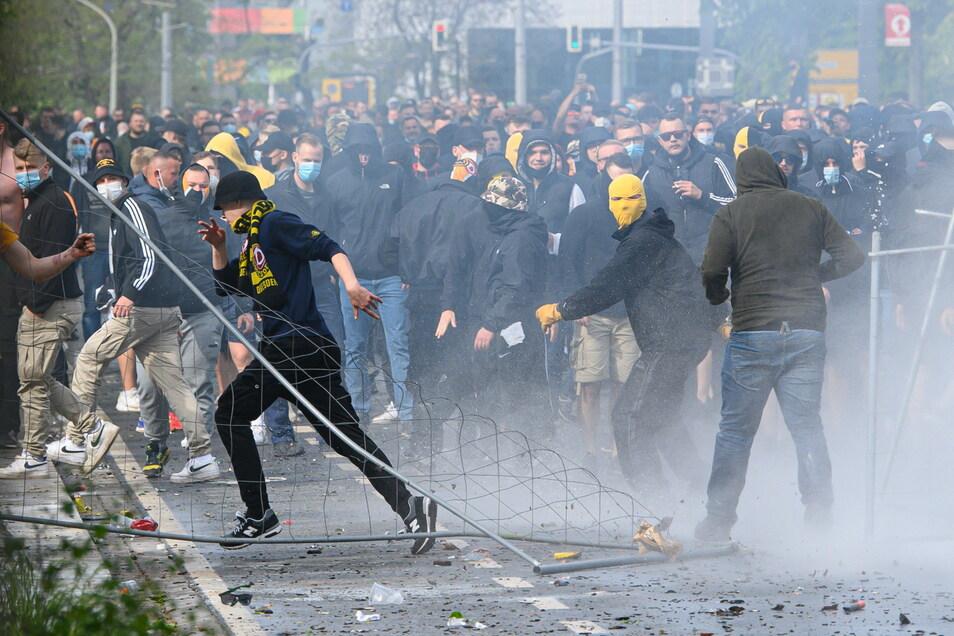 Nach den Angriffen auf Polizisten im Großen Garten verlagert sich das Geschehen auf die Lennéstraße vor dem Stadion. Etwa 500 Gewalttäter liefern sich eine Straßenschlacht mit der Polizei.