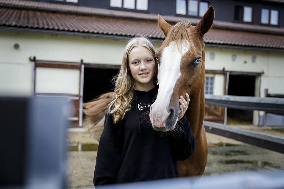 Anna-Lena Frenzel mit ihrem Pferd Heavy. Der zehnjährige Hengst ist ein Deutsches Reitpony.