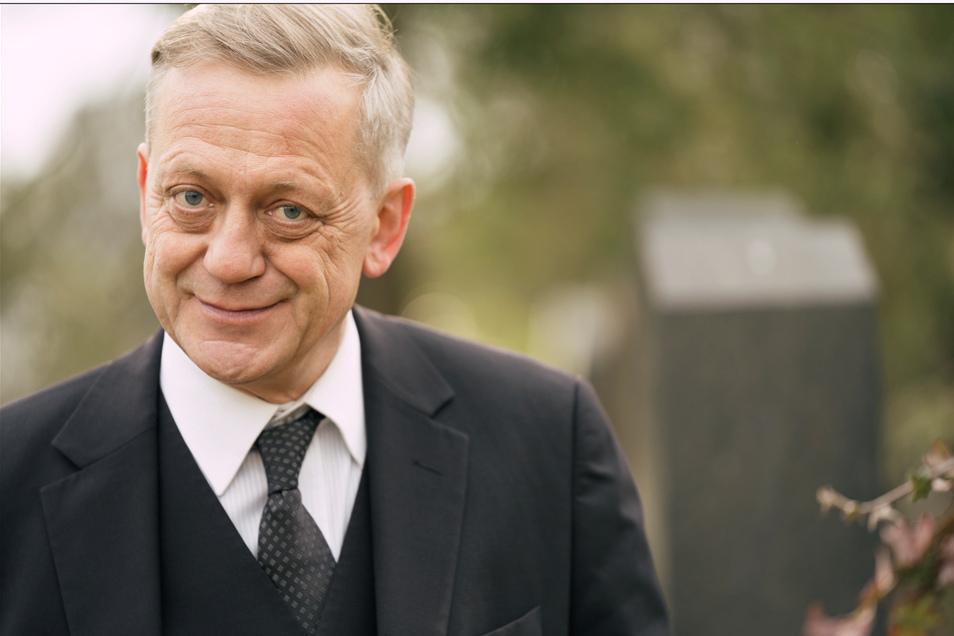 Ein Schauspieler in seiner liebsten Nebenrolle: Carl Achleitner ist seit neun Jahren auch als Trauerredner auf Friedhöfen zugegen. Durch seine Arbeit hat das Sterben für ihn den Schrecken verloren.
