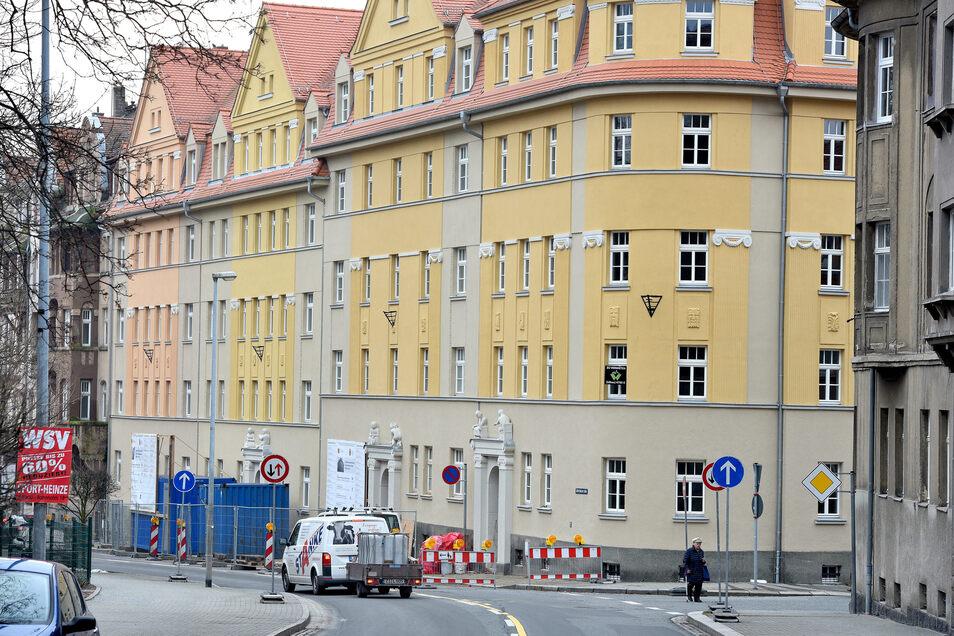 Die Häuserzeile an der Äußeren Bautzner Straße in Löbau wird saniert. Zwei Gebäude sind fertig, vier weitere folgen.