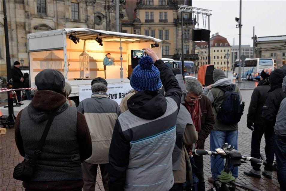 """Zum ersten Mal hat am Sonntag in Dresden die Initiative """"Wir sind Deutschland"""" aus Plauen eine Kundgebung abgehalten."""
