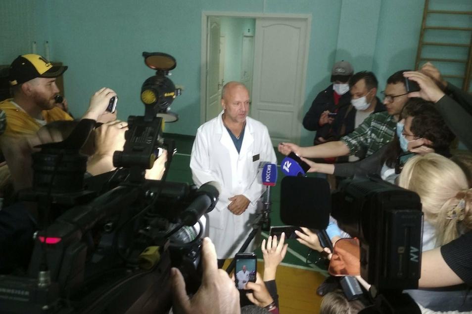 Anatoliy Kalinichenko (M), stellvertretender Chefarzt eines Omsker Krankenhauses, spricht bei einer Pressekonferenz. Russische Ärzte sprachen lediglich von einer Stoffwechselstörung Nawalnys.