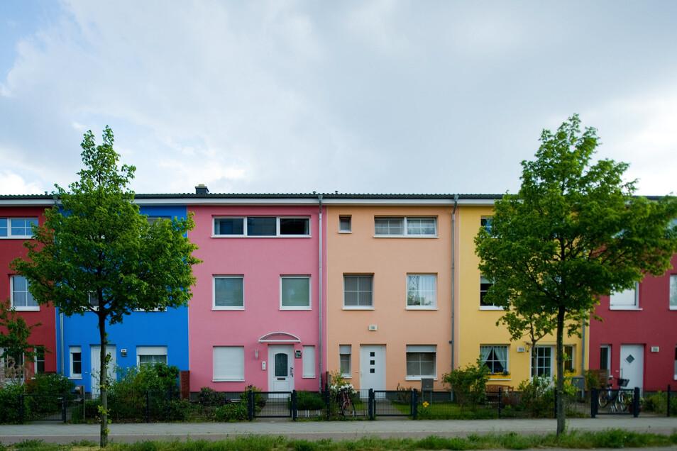 Bunte Häuser sind selten: Denn wer Farbe an der Fassade will, muss etliche Vorgaben beachten.