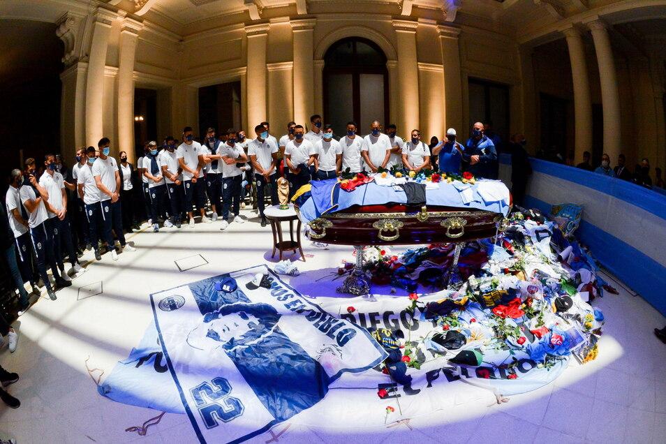 Spieler des Fußballclubs Gimnasia y Esgrima, bei dem Diego Maradona Trainer war, nehmen Abschied vom Fußballstar im Regierungspalast. Davor kam es kurz darauf zu Tumulten.